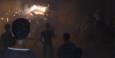 Mit einem Stier aus Pappe, der Knallkörper abfeuert, rennen die Jugendlichen durch die Menge