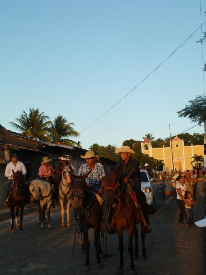 Reiterumzug mit feschen Cowboys